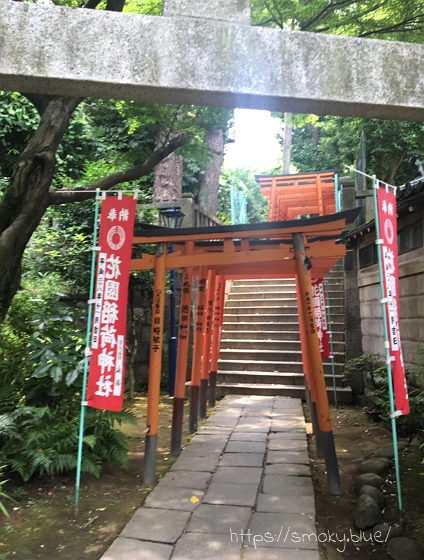 花園稲荷神社の、おり切ったところから見た鳥居
