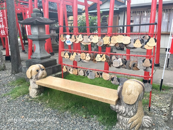 於菊稲荷神社のペット絵馬と犬のベンチ